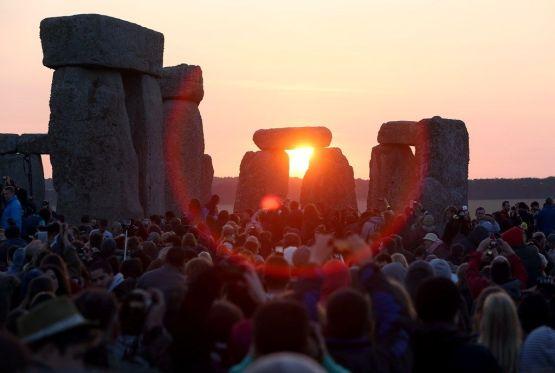 Solstício de verão leva centenas à Stonehenge